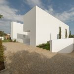 CORPO ATELIER - BETWEEN TWO WHITE WALLS